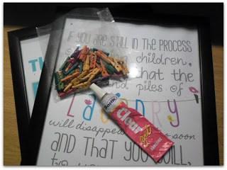 Laundry Art ~ Plain Frame + Free Printables {links incl.} + Mini Art Pegs = colorful Laundry Art #Laundry #Printables