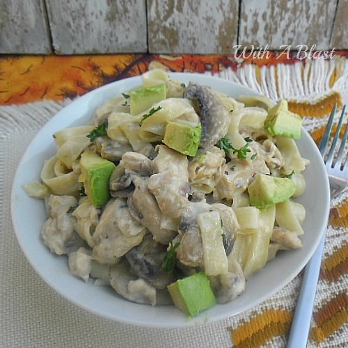 Homemade Chicken Alfredo is very tasty and better than any take-out! Creamy, packed with Mushrooms and Chicken - served with Avocado #PastaDish #ChickenAlfredo #HomemadeAlfredo #QuickDinner